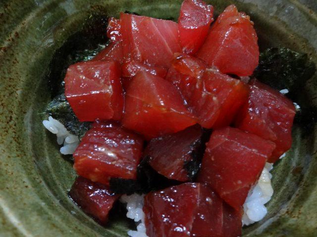まぐろ丼は50度のお湯にくぐらせたホンマグロかメバチマグロと海苔をごはんにのせるだけでまぐろの栄養たっぷり